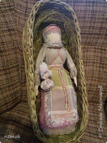 Берегиня от слова «бережет», вот главный смысл этой куклы – беречь, сберегать дом и семью от внешних напастей, а внутри дома сохранять гармонию и согласие.  Это семейный оберег на дружное житьё. Именно эта кукла оберегает от неприятностей, бед и болезней вас, вашу семью, детей, внуков как имеющихся, так и будущих. Её наличие в доме отпугивает нечистую силу и злых духов. И наши предки свято верили в такие магические силы Берегини,  доверяли ей и в свою очередь тщательно берегли саму куклу. Берегини-Столбушки передавались по наследству и считались своего рода охранителями, каким был Домовой. Кукла Берегиня обязательно присутствовала на Руси в каждом доме. Основой оберега является береза - наиболее почитаемое на Руси дерево. В поверьях и легендах береза представляется счастливым оберегом, несущим благополучие семье и защиту от злобных сил. Смысловая нагрузка куклы Берегини:  березовый столбик – мужская сила, одежда на кукле – женская сила, а все вместе  – символ единения мужского и женского начала. Такое сочетание не случайно – оберег хранит семейное счастье, любовь, благополучие и единство.  В руках у нее мешочек с хозяйством. В узелке -  зерна (для сохранности сытой жизни), монетка (для умножения и сбережения капитала), лекарственные травы (для сохранности здоровья), шерсть (для тепла как домашнего, так и душевного). Берегиня с узелком приносит в дом достаток и стабильность. На пояске у нее ключи от сундуков с семейными богатствами и тайнами.  Такую куклу выставляют перед входной дверью, обычно на уровне или выше головы, причем таким образом, чтобы она «смотрела» на входящих, и чтобы она отпугивала злые намерения и злых духов.  Если кто заходил в избу с недобрыми намерениями, первым делом он встречался взглядом с Берегиней.  Считается, что в случае проблем, куклу надо повернуть три раза вокруг себя, приговаривая: «Отвернись злом, повернись добром!»   фото 3