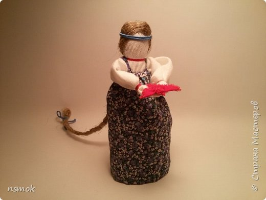 Куклы были созданы для подарка хозяйке дома, в котором живут четыре очень разные представительницы женского рода.  В подарочном варианте - собраны вместе спина-к-спине и перевязаны красной обережной лентой. фото 2