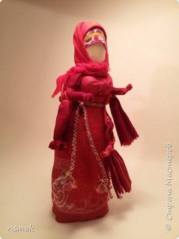 Куклы были созданы для подарка хозяйке дома, в котором живут четыре очень разные представительницы женского рода.  В подарочном варианте - собраны вместе спина-к-спине и перевязаны красной обережной лентой. фото 8