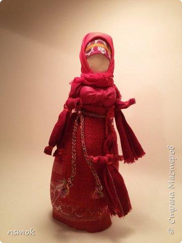 Куклы были созданы для подарка хозяйке дома, в котором живут четыре очень разные представительницы женского рода.  В подарочном варианте - собраны вместе спина-к-спине и перевязаны красной обережной лентой. фото 7