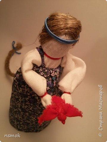 Куклы были созданы для подарка хозяйке дома, в котором живут четыре очень разные представительницы женского рода.  В подарочном варианте - собраны вместе спина-к-спине и перевязаны красной обережной лентой. фото 4