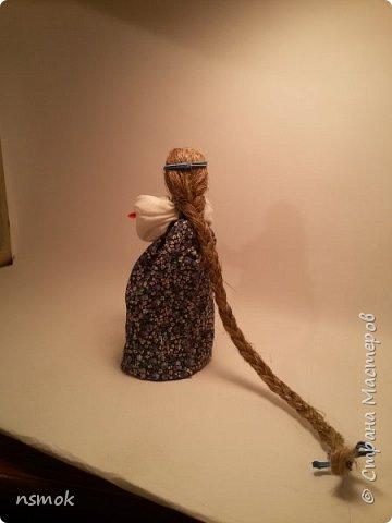 Куклы были созданы для подарка хозяйке дома, в котором живут четыре очень разные представительницы женского рода.  В подарочном варианте - собраны вместе спина-к-спине и перевязаны красной обережной лентой. фото 3