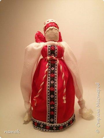 Куклы были созданы для подарка хозяйке дома, в котором живут четыре очень разные представительницы женского рода.  В подарочном варианте - собраны вместе спина-к-спине и перевязаны красной обережной лентой. фото 5