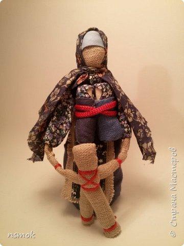 Куклы были созданы для подарка хозяйке дома, в котором живут четыре очень разные представительницы женского рода.  В подарочном варианте - собраны вместе спина-к-спине и перевязаны красной обережной лентой. фото 9