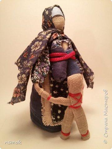 Куклы были созданы для подарка хозяйке дома, в котором живут четыре очень разные представительницы женского рода.  В подарочном варианте - собраны вместе спина-к-спине и перевязаны красной обережной лентой. фото 11