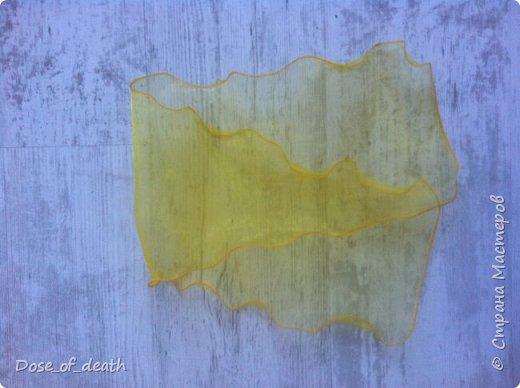 """В садик на утренник """"8 марта"""", сказали прийти в желтом платье и два желтых бантика. С платьем проблем не возникло, нашла платье, которое носила в детстве ещё я. А вот с бантиками беда. Обошла все магазины в городе, но нигде не нашла, белых много, желтых ни одного. Просто резиночки есть, а бантиков нет. И я уже отчаялась, но вот дома нашелся кусочек желтой капроновой ткани. Ну и пришлось выкручиваться... фото 9"""