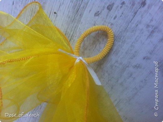 """В садик на утренник """"8 марта"""", сказали прийти в желтом платье и два желтых бантика. С платьем проблем не возникло, нашла платье, которое носила в детстве ещё я. А вот с бантиками беда. Обошла все магазины в городе, но нигде не нашла, белых много, желтых ни одного. Просто резиночки есть, а бантиков нет. И я уже отчаялась, но вот дома нашелся кусочек желтой капроновой ткани. Ну и пришлось выкручиваться... фото 11"""