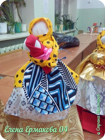 На Руси существовало поверье: «Чем дольше женщина играет в куклы, тем счастливее и моложе она будет». Кукла имеет многовековую историю. Появившись в далеком прошлом, в тряпичной кукле  отразились народные представления о мире, добре, красоте. Они могли защитить человека от злых сил, принять на себя болезнь, помочь большому урожаю. Так и появились первые куколки-обереги,берегини.  Бергиня – от слова «беречь», «оберег». Человек брал такую куклу-берегиню, три раза оборачивался против часовой стрелки  и приговаривал: «Отвернись злом, повернись добром». фото 3