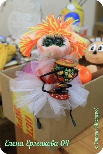 """Однажды увидев игрушки Елены Лаврентьевой я """"потеряла дар речи"""". Они были такие классные, такие забавные их хотелось потрогать и прижать к себе. Я купила колготки и тоже решила попробовать сотворить куколку. Правда то что у меня получилось, мало было похоже на куклу. Но я пробовала и пробовала. И наконец у меня стало получаться. Вот некоторые из моих творений и творений моих учениц. фото 9"""