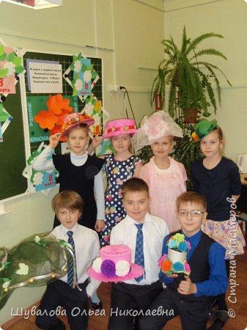 Дети вместе с родителями приняли участие в конкурсе. В начальной школе состоялась презентация-дефиле своих шляп под музыку и аплодисменты.  фото 1