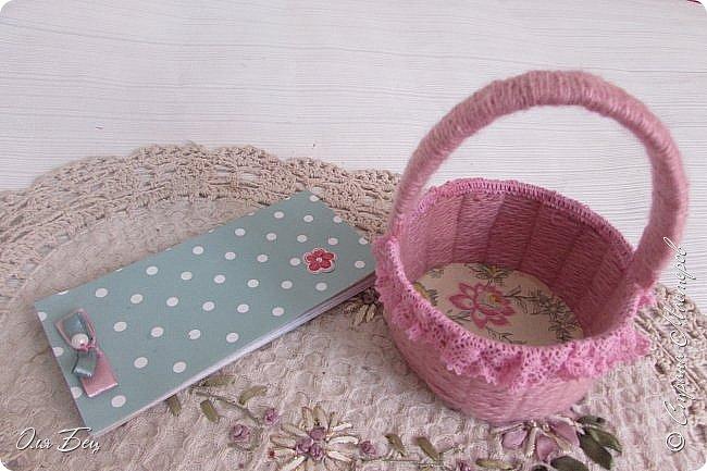 Здравствуйте! Всех с наступающим праздником, женским днём 8 Марта! Вот такие подарочки можно приготовить для девочек в классе:))) Плетёную корзиночку ( она получается сразу двусторонняя) и блокнотик:))) фото 1