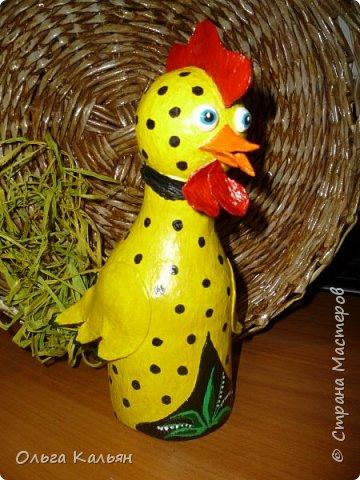 Продолжаю утилизировать электрические лампочки. Вот такая курица (с ветрянкой) у меня получилась. Правда недолго она будет в моем курятнике-улетает к моей подруге (в её курятник). фото 3