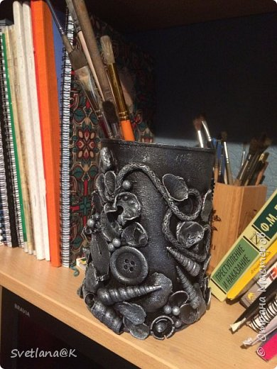 У моей дочери вечно все ручки, карандаши и кисти лежат где попало.... Все, что только можно ими уже заполнено....и я периодически делаю ей банки под новую партию....Вот сегодня быстренько сварганила...... фото 6