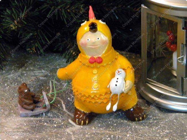 Всем привет, дорогие Мастерицы и Мастера! О-хо-хох, вся Страна уже к 8 марта готовится, а я еще не все зимние работы показала!))) Знакомьтесь, это Петенька и наряжен он в костюмчик цыпленка) фото 1