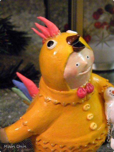 Всем привет, дорогие Мастерицы и Мастера! О-хо-хох, вся Страна уже к 8 марта готовится, а я еще не все зимние работы показала!))) Знакомьтесь, это Петенька и наряжен он в костюмчик цыпленка) фото 6