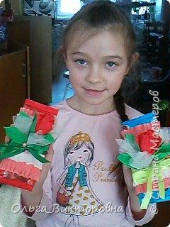 Продолжаем подготовку к празднику. Для сестренок, учителей, воспитателей мы решили украсить сладкие плитки шоколада красивыми цветами из гофробумаги фото 5
