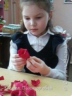 Продолжаем подготовку к празднику. Для сестренок, учителей, воспитателей мы решили украсить сладкие плитки шоколада красивыми цветами из гофробумаги фото 3