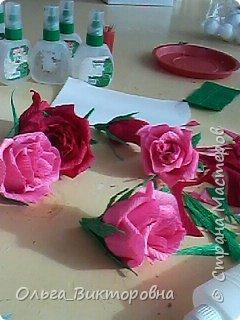 Продолжаем подготовку к празднику. Для сестренок, учителей, воспитателей мы решили украсить сладкие плитки шоколада красивыми цветами из гофробумаги фото 4