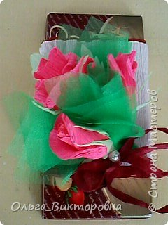 Продолжаем подготовку к празднику. Для сестренок, учителей, воспитателей мы решили украсить сладкие плитки шоколада красивыми цветами из гофробумаги фото 1