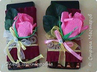 Продолжаем подготовку к празднику. Для сестренок, учителей, воспитателей мы решили украсить сладкие плитки шоколада красивыми цветами из гофробумаги фото 6