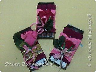 Продолжаем подготовку к празднику. Для сестренок, учителей, воспитателей мы решили украсить сладкие плитки шоколада красивыми цветами из гофробумаги фото 7