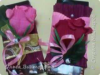 Продолжаем подготовку к празднику. Для сестренок, учителей, воспитателей мы решили украсить сладкие плитки шоколада красивыми цветами из гофробумаги фото 8