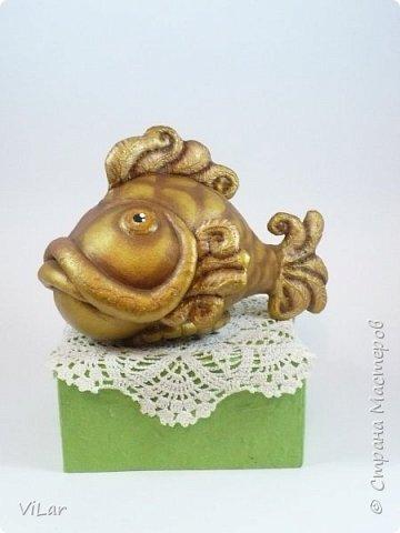 Интерьерная игрушка золотая рыбка сшита из гостовской бязи,грунтована белой акриловой краской,покрыта золотой акриловой краской,тонирована коричневым акрилом. Также сделана тонировка сухой пастелью. Игрушка покрыта акриловым лаком  фото 1