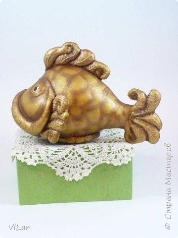 Интерьерная игрушка золотая рыбка сшита из гостовской бязи,грунтована белой акриловой краской,покрыта золотой акриловой краской,тонирована коричневым акрилом. Также сделана тонировка сухой пастелью. Игрушка покрыта акриловым лаком  фото 2