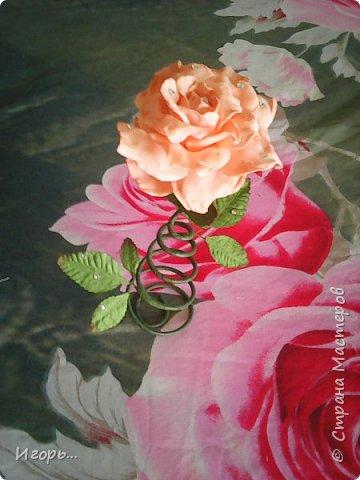 """Сувенир к 8 марта """"Роза на стебле"""". Изготавливается очень просто: сначала по конусу скручивается проволока, затем обматывается тейп лентой, отдельно изготовили розу из фоамирана, листья готовые купленные, немного розу затонировали тенями закрепив лаком для волос, украсили стразами.  фото 4"""