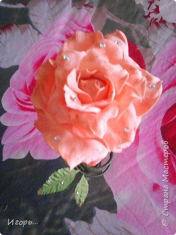 """Сувенир к 8 марта """"Роза на стебле"""". Изготавливается очень просто: сначала по конусу скручивается проволока, затем обматывается тейп лентой, отдельно изготовили розу из фоамирана, листья готовые купленные, немного розу затонировали тенями закрепив лаком для волос, украсили стразами.  фото 5"""
