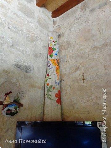 Надо было закрыть провод от антены - придумала такую доску.Это ее летняя сторона, а зимой мы ее поворачиваем - с другой стороны - Дед Мороз и олень. фото 1