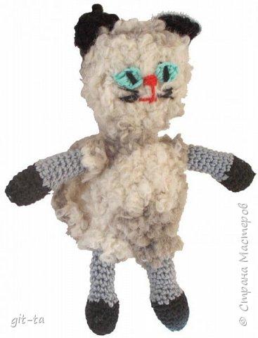 """Готовилась к выставке """"Котовасия""""-5, которая не состоялась, к сожалению, да решила собрать всех котов, что были связаны к этому случаю и раньше. Первая игрушка, это Кот-сибарит. Связан по рисунку Натальи Илларионовой. фото 11"""