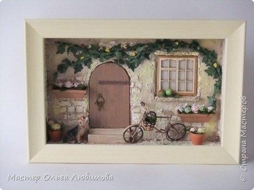 """""""Идеальный дом - это сумма всех комнат, где тебе хорошо жилось"""". (Макс Фрай) Где-то далеко, а может и не очень, есть дом, в который хочется возвращаться снова и снова. В нем тепло и уютно, в нем забываешь о всех проблемах и неприятностях. С наступлением тепла там всегда расцветают садовые цветы в небольших горшочках, а чуть позже поспевают яблоки. А еще можно на велосипеде поехать к речке, прихватив с собой корзинку для полевых цветов. И непременно верный пес будет сопровождать тебя всю дорогу, а вернувшись домой преданно ждать, когда выйдешь снова. Дом... где плющ вьется над окном с красивыми занавесками, где на ручке двери всегда висят ключи: хочешь закрой, а хочешь оставь так, чтобы мечта всегда смело заходила к тебе. От себя добавлю несколько слов: хочется, чтобы вместе с этим панно и у вас всенепременно поселилась мечта! фото 1"""