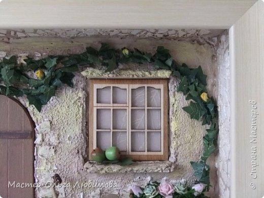 """""""Идеальный дом - это сумма всех комнат, где тебе хорошо жилось"""". (Макс Фрай) Где-то далеко, а может и не очень, есть дом, в который хочется возвращаться снова и снова. В нем тепло и уютно, в нем забываешь о всех проблемах и неприятностях. С наступлением тепла там всегда расцветают садовые цветы в небольших горшочках, а чуть позже поспевают яблоки. А еще можно на велосипеде поехать к речке, прихватив с собой корзинку для полевых цветов. И непременно верный пес будет сопровождать тебя всю дорогу, а вернувшись домой преданно ждать, когда выйдешь снова. Дом... где плющ вьется над окном с красивыми занавесками, где на ручке двери всегда висят ключи: хочешь закрой, а хочешь оставь так, чтобы мечта всегда смело заходила к тебе. От себя добавлю несколько слов: хочется, чтобы вместе с этим панно и у вас всенепременно поселилась мечта! фото 2"""