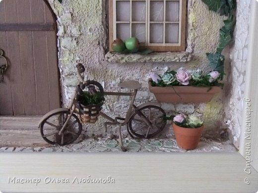"""""""Идеальный дом - это сумма всех комнат, где тебе хорошо жилось"""". (Макс Фрай) Где-то далеко, а может и не очень, есть дом, в который хочется возвращаться снова и снова. В нем тепло и уютно, в нем забываешь о всех проблемах и неприятностях. С наступлением тепла там всегда расцветают садовые цветы в небольших горшочках, а чуть позже поспевают яблоки. А еще можно на велосипеде поехать к речке, прихватив с собой корзинку для полевых цветов. И непременно верный пес будет сопровождать тебя всю дорогу, а вернувшись домой преданно ждать, когда выйдешь снова. Дом... где плющ вьется над окном с красивыми занавесками, где на ручке двери всегда висят ключи: хочешь закрой, а хочешь оставь так, чтобы мечта всегда смело заходила к тебе. От себя добавлю несколько слов: хочется, чтобы вместе с этим панно и у вас всенепременно поселилась мечта! фото 3"""
