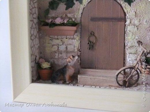 """""""Идеальный дом - это сумма всех комнат, где тебе хорошо жилось"""". (Макс Фрай) Где-то далеко, а может и не очень, есть дом, в который хочется возвращаться снова и снова. В нем тепло и уютно, в нем забываешь о всех проблемах и неприятностях. С наступлением тепла там всегда расцветают садовые цветы в небольших горшочках, а чуть позже поспевают яблоки. А еще можно на велосипеде поехать к речке, прихватив с собой корзинку для полевых цветов. И непременно верный пес будет сопровождать тебя всю дорогу, а вернувшись домой преданно ждать, когда выйдешь снова. Дом... где плющ вьется над окном с красивыми занавесками, где на ручке двери всегда висят ключи: хочешь закрой, а хочешь оставь так, чтобы мечта всегда смело заходила к тебе. От себя добавлю несколько слов: хочется, чтобы вместе с этим панно и у вас всенепременно поселилась мечта! фото 4"""