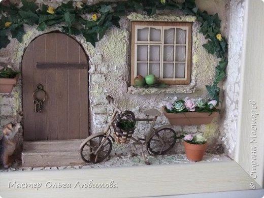 """""""Идеальный дом - это сумма всех комнат, где тебе хорошо жилось"""". (Макс Фрай) Где-то далеко, а может и не очень, есть дом, в который хочется возвращаться снова и снова. В нем тепло и уютно, в нем забываешь о всех проблемах и неприятностях. С наступлением тепла там всегда расцветают садовые цветы в небольших горшочках, а чуть позже поспевают яблоки. А еще можно на велосипеде поехать к речке, прихватив с собой корзинку для полевых цветов. И непременно верный пес будет сопровождать тебя всю дорогу, а вернувшись домой преданно ждать, когда выйдешь снова. Дом... где плющ вьется над окном с красивыми занавесками, где на ручке двери всегда висят ключи: хочешь закрой, а хочешь оставь так, чтобы мечта всегда смело заходила к тебе. От себя добавлю несколько слов: хочется, чтобы вместе с этим панно и у вас всенепременно поселилась мечта! фото 5"""