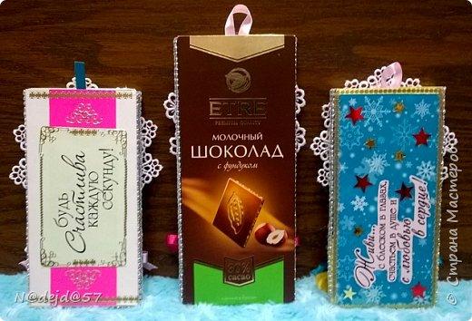 Приветствую жителей нашей Страны Мастеров! Сегодня я покажу вам какие призентики я делаю друзьям и знакомым. Да, это шоколадки, но  подарочные ... немного приукрашены. Такую шоколадку на день рождение, на Новый год, на 8 марта или  просто для настроения можно подарить  подруге, сотрудницам, врачу,  почтальону,  соседке...  Украшать можно большие и маленькие.  Да, это не я придумала, идею подсказали работы  мастерицы под ником ПроБелка  http://stranamasterov.ru/node/987480  Как увидела, так и не могу остановиться, новые появляются еще идейки.  Посмотрим сначала БОЛЬШИЕ. фото 28