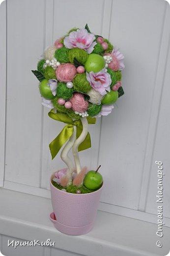 """Опять довелось делать мои любимые топиарии из сизалевых шариков. Сделала 6 деревьев за несколько дней к женскому празднику.  Очередной вариант """"Яблочной нежности"""". Очень нравится сочетание зеленых и розовых цветов - такое нежное и весеннее. фото 4"""