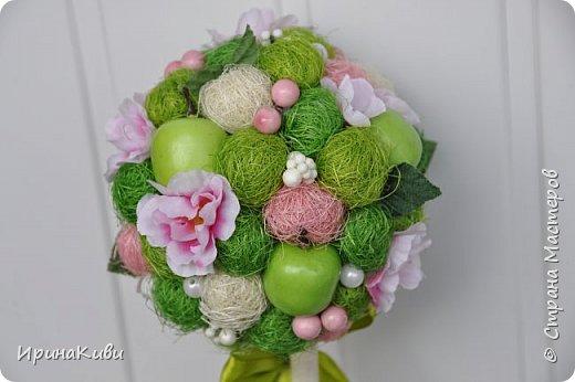 """Опять довелось делать мои любимые топиарии из сизалевых шариков. Сделала 6 деревьев за несколько дней к женскому празднику.  Очередной вариант """"Яблочной нежности"""". Очень нравится сочетание зеленых и розовых цветов - такое нежное и весеннее. фото 5"""