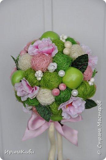 """Опять довелось делать мои любимые топиарии из сизалевых шариков. Сделала 6 деревьев за несколько дней к женскому празднику.  Очередной вариант """"Яблочной нежности"""". Очень нравится сочетание зеленых и розовых цветов - такое нежное и весеннее. фото 2"""