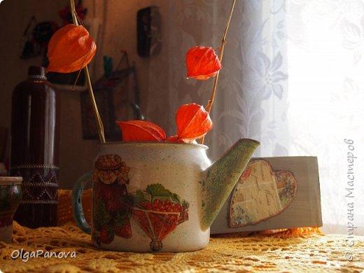 """Нашла в закромах сарая старый, весь в накипи чайничек. Решила реанимировать- декорировать, заодно и попрактиковаться в простом декупаже (только учусь). Зачистила, покрасила.Использовала яркую летнюю салфеточку, """"Запачкала"""", забрызгала... Результат перед вами. фото 4"""