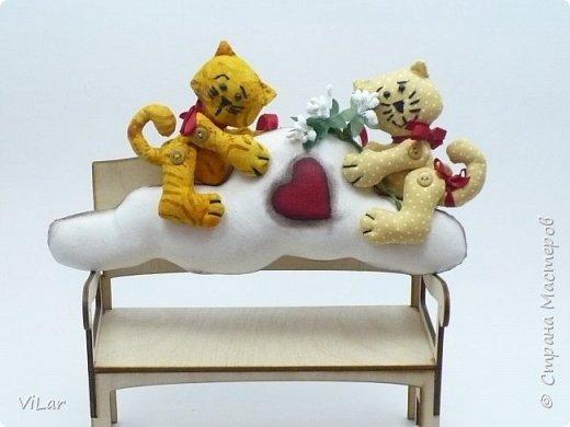 Интерьерная игрушка Влюбленные котики на облачке выполнена из бязи и немецкого хлопка. Облачко изготовлено в технике грунтованный текстиль Игрушку можно подвесить за петельку,которая крепится сзади к облачку фото 1