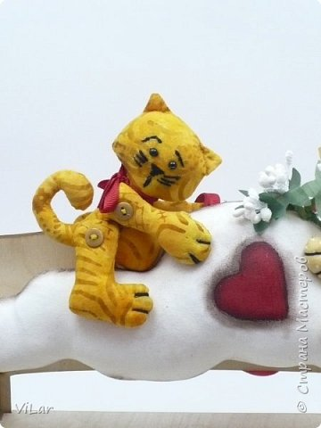 Интерьерная игрушка Влюбленные котики на облачке выполнена из бязи и немецкого хлопка. Облачко изготовлено в технике грунтованный текстиль Игрушку можно подвесить за петельку,которая крепится сзади к облачку фото 2