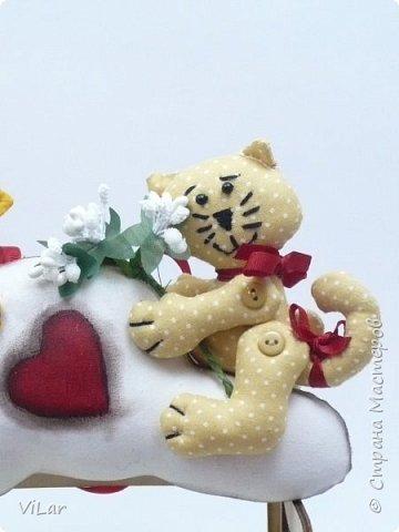 Интерьерная игрушка Влюбленные котики на облачке выполнена из бязи и немецкого хлопка. Облачко изготовлено в технике грунтованный текстиль Игрушку можно подвесить за петельку,которая крепится сзади к облачку фото 3