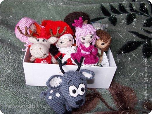 Перед новым годом начала вязать кукол. и вот что вышло. Сначала похвастаюсь малышками. Все куколки на каркасе. не больше 10 см  Новогодние друганы фото 8