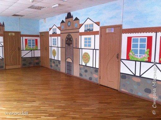 в гимназии изучают немецкий язык и поэтому одну из рекреаций расписали с использованием фахверковой архитектуры  фото 3