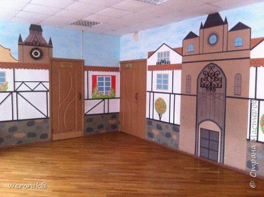 в гимназии изучают немецкий язык и поэтому одну из рекреаций расписали с использованием фахверковой архитектуры  фото 1