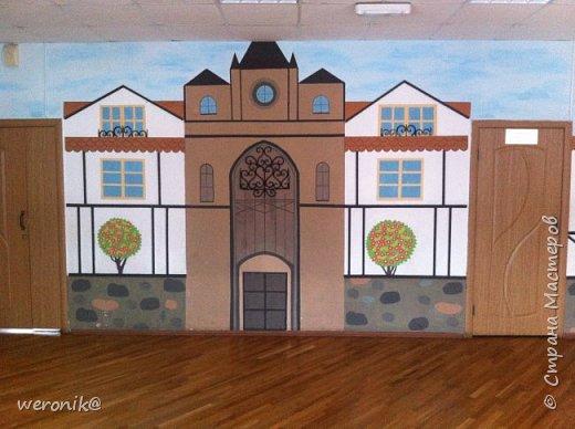 в гимназии изучают немецкий язык и поэтому одну из рекреаций расписали с использованием фахверковой архитектуры  фото 2