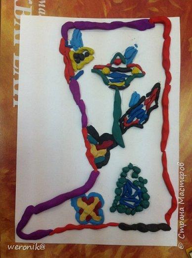 Выдавался шаблон сапожка и несколько маленьких шаблонов для декорирования, надо было создать композицию на сапожке, а потом, используя только жгутики и шарики из пластилина, выполнить в цвете. фото 6